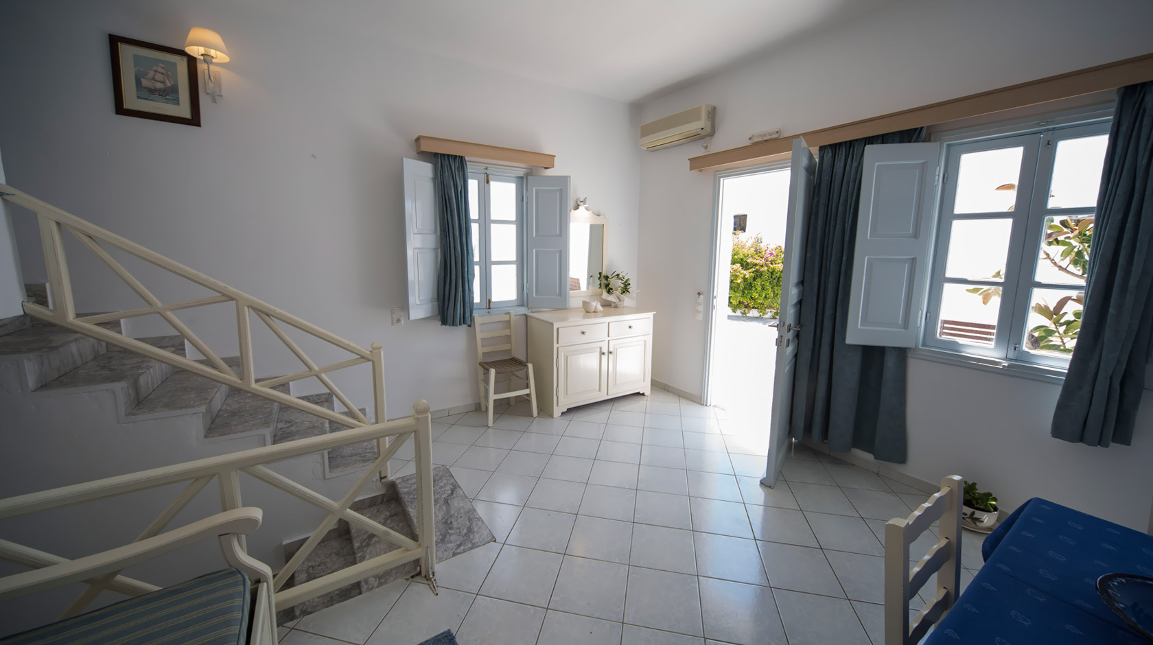 Ground-floor Oia Santorini Apartments for 2 or 3 persons