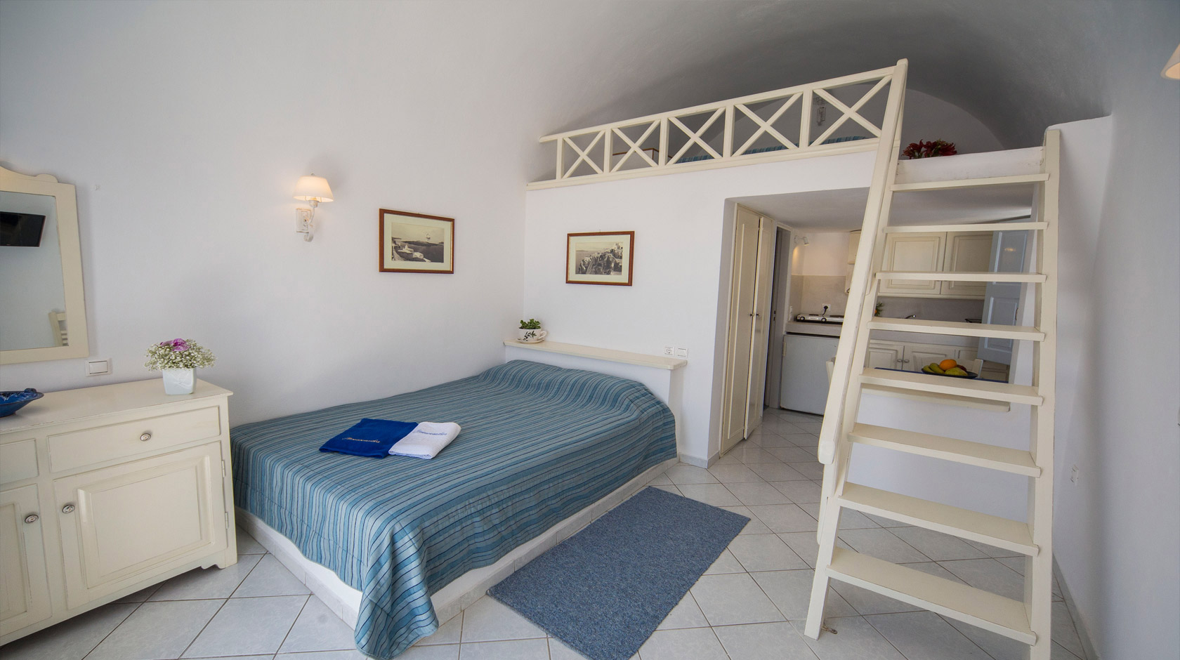 Oia Santorini Studios for 4 persons